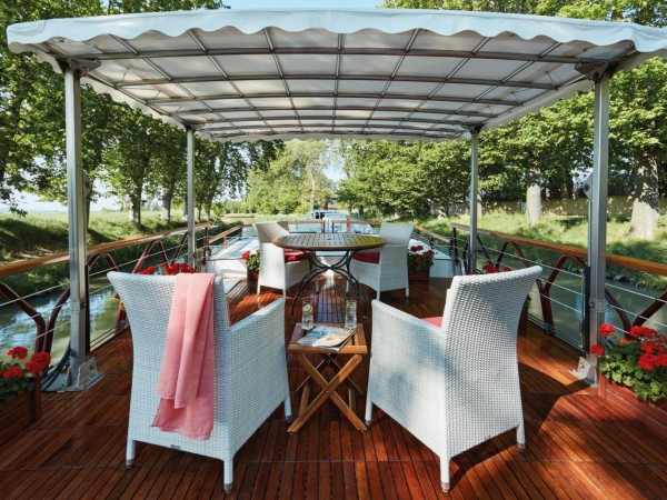 The Alouette's comfortable sundeck is perfect for relaxing and taking<br> in the veiws and dining alfresco as shown above and below