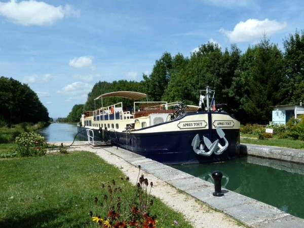 The 6-passenger Deluxe hotel barge, Apres Tout