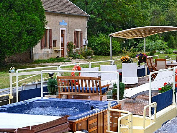 Glide along the Canal de Bourgogne while you soak in the Apres Tout's on deck hot tub