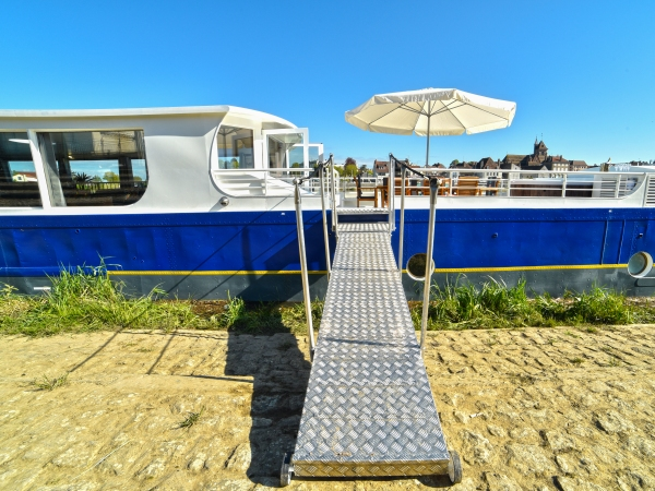 Welcome Aboard the 8-passenger Ultra Deluxe hotel barge Finesse in southern Burgundy.