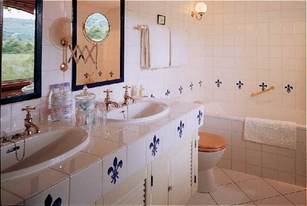 Bath aboard the Fleur de Lys, featuring double sinks and bathtub.
