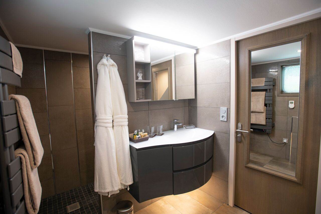 Each cabin has its own ensuite bathroom with walk in shower and bathtub