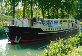 6-passenger Grand Victoria, cruising on the Canal de Bourgogne.