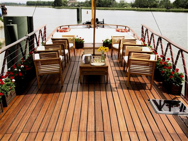 The spacious sundeck aboard the Hirondelle