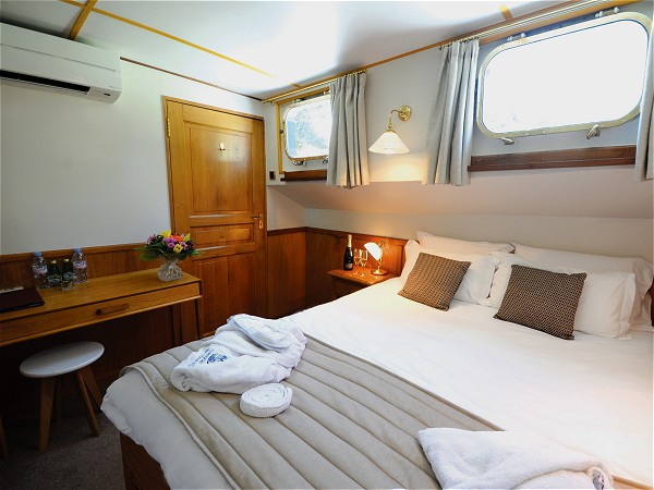 The cabins aboard L'Impressionniste offer either queen or twin options