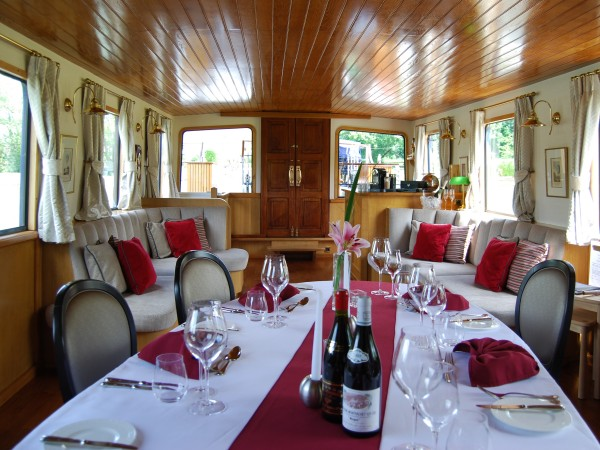 The salon, bar and dining area aboard L'Impressionniste