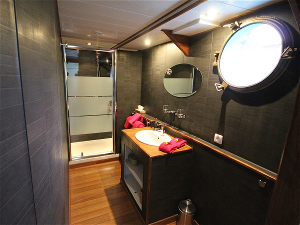 The ensuite bathroom in cabin one aboard the Magnolia