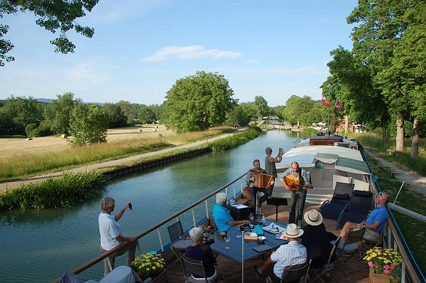 Lucky guests cruising aboard the Magnolia on the Canal de Bourgogne, enjoying a lovely serenade and gorgeous cruising weather!