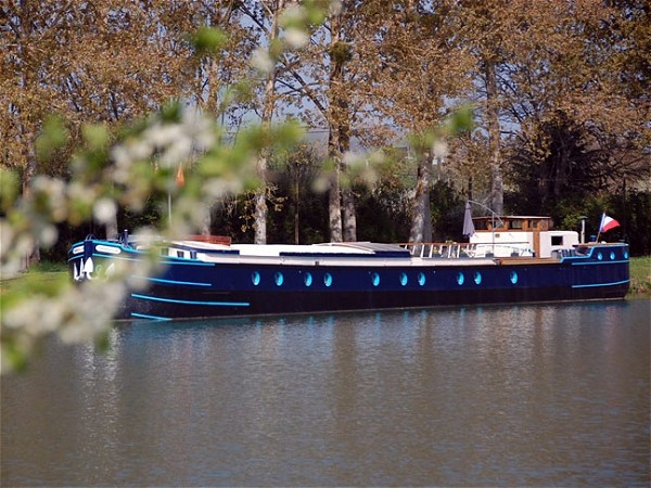 The 6-passenger Deluxe hotel barge Magnolia awaits you<br>on the beautiful Canal de Bourgogne in southern Burgundy.