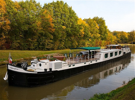 Meanderer cruising along the Briare Canal.