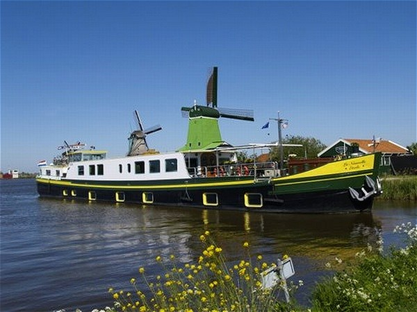 La Nouvelle Etoile in Holland for the lovely spring tulip cruises