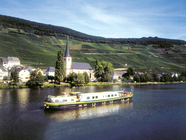 The Nouvelle Etoile cruising on the magnificent Mosel River