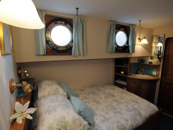 This cabin aboard Le Papillon has a fixed double bed
