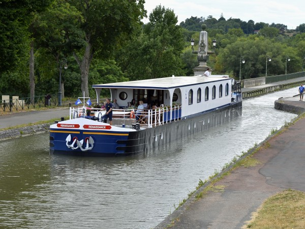 La Renaissance entering the historic Briare Canal