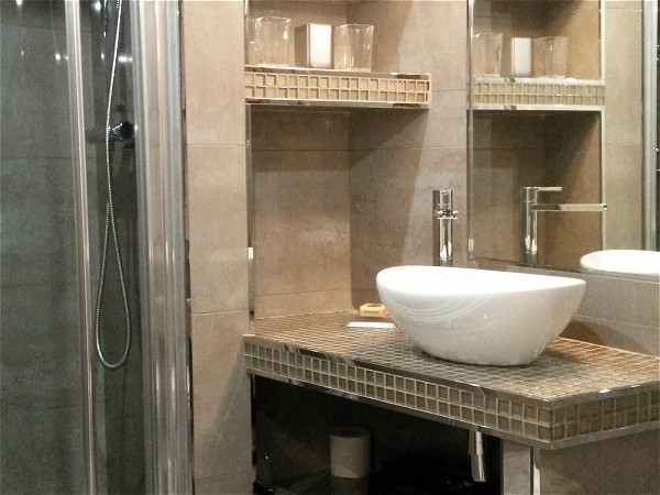 Rendez-vous' stylish, modern and immaculate en suite lavatory.