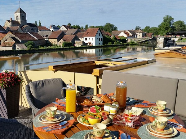 Enjoy breakfast on the deck, in view of a charming medieval village.