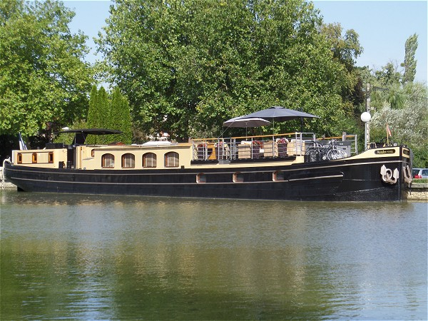 The 6-passenger Deluxe hotel barge Rendez-vous awaits you on the beautiful Canal de Bourgogne in southern Burgundy.
