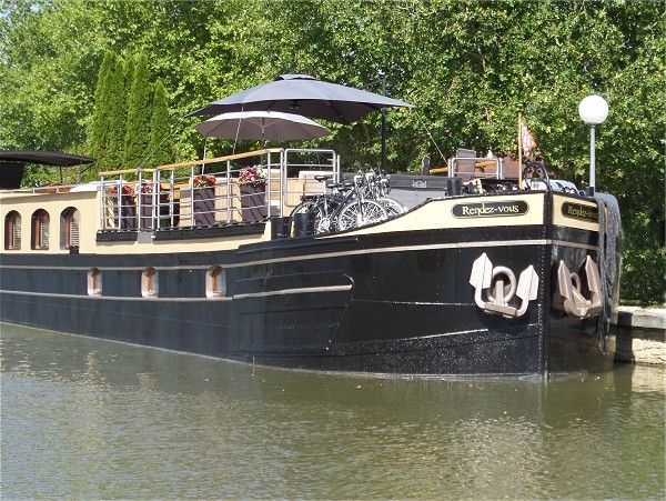 The 6-passenger Deluxe hotel barge Rendez-vous awaits you on the<br>beautiful Canal de Bourgogne in southern Burgundy.