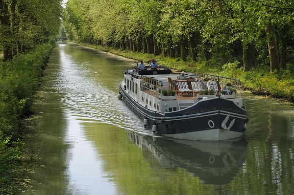 Hotel Barge Saint Louis cruising in France along the tranquil Canal Lateral a la Garonne, between Castets-en-Dorthe and Agen, or Agen and Montauban. All cruise weeks may be customized to the interests of passengers.