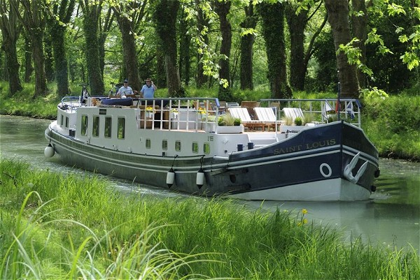 The 6-passenger Hotel Barge Saint Louis cruises in the Bordeaux region with fabulous cuisine, wines, excursions, and hosted by gracious owner-hosts Alasdair and Barbara.