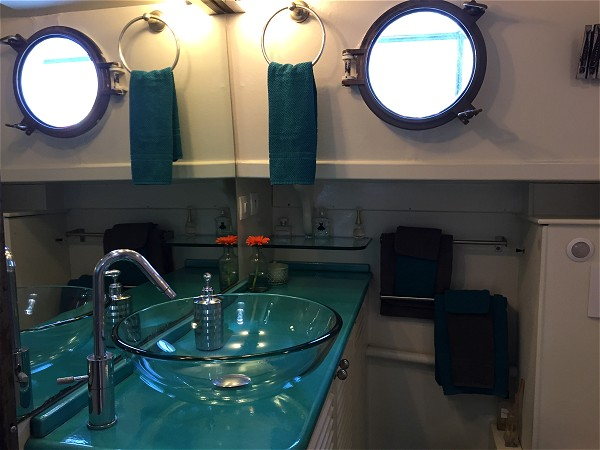 The ensuite for the forward cabin on the Saraphina
