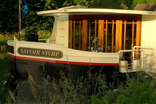 The canopied fore deck aboard the Savoir Vivre