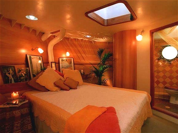 The cabins aboard the Tango offer either queen or twin bed accommodations<br> The Van Gogh cabin is shown above and below.